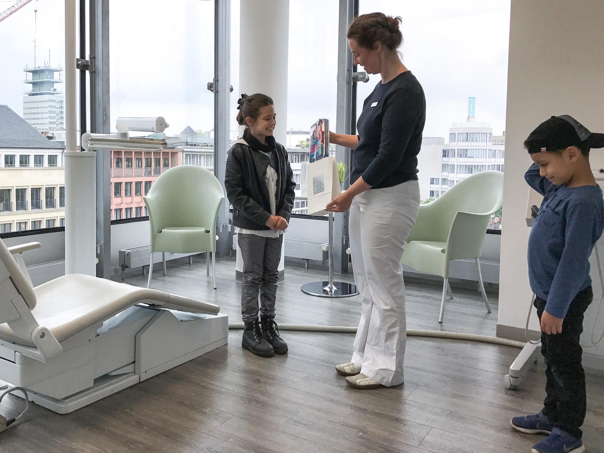 Dr. Katja Trennheuser überreicht den glücklichen Gewinnern ihre Preise